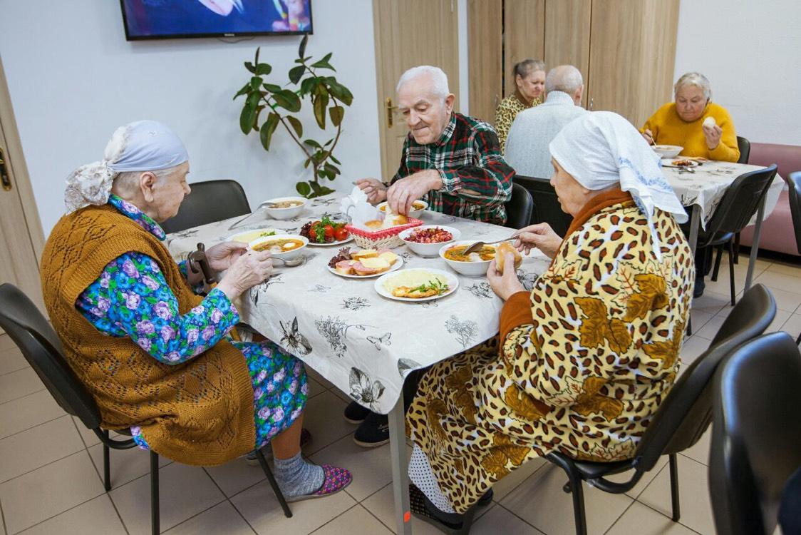 обед в пансионате для пожилых людей Гармония