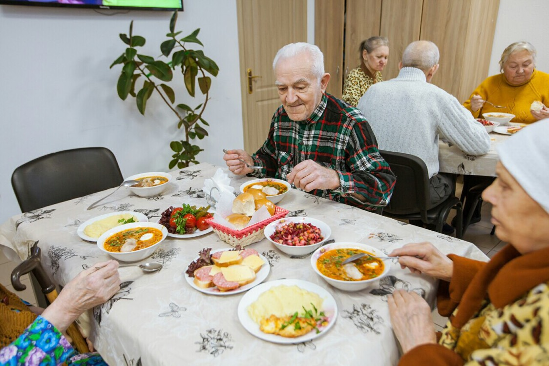 обед в доме престарелых Гармония