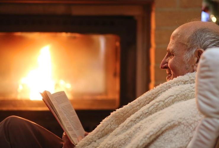 Почему пожилые люди мерзнут