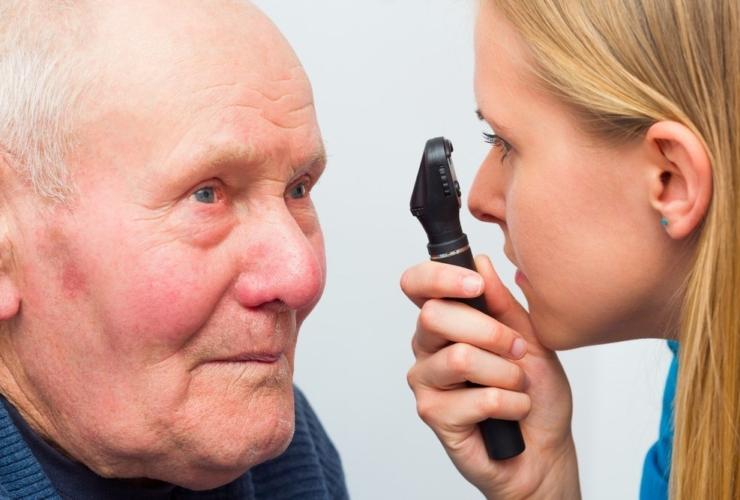 Что такое катаракта – почему возникает у пожилых людей?