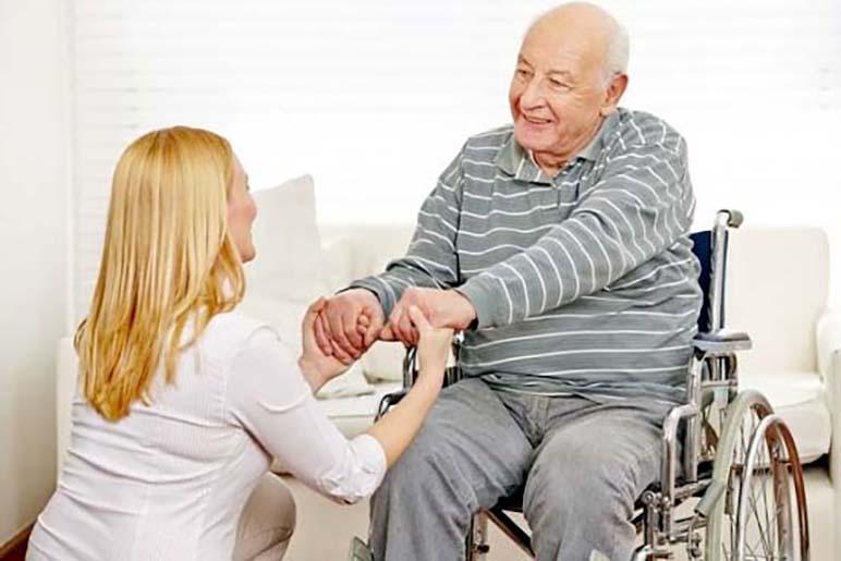 Уход за пожилыми людьми с параличом