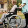 Какие существуют разновидности и как правильно выбрать инвалидное кресло для пожилого человека
